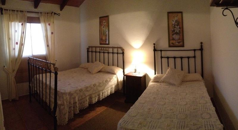 dormitorio-2-casa-rural-el-naranjo-antequera-panoramica-camas
