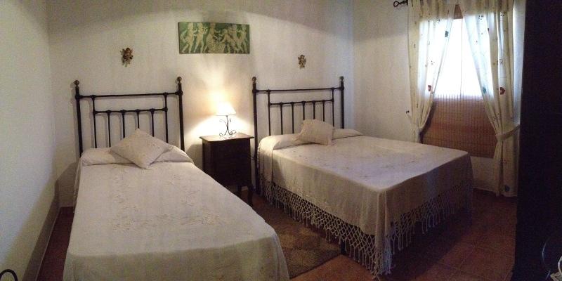 dormitorio-2-casa-rural-el-naranjo-antequera-panoramica-con-ventana